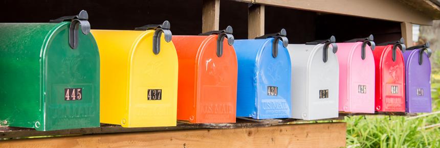 Rivi värikkäitä postilaatikoita